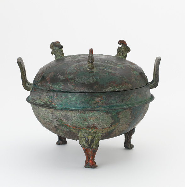 White Background「Lidded Food Cauldron (Ding) With Painted Decoration」:写真・画像(10)[壁紙.com]