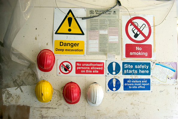 Hanging「Hard hats hanging at an entrance of a site with safety regulation signs」:写真・画像(8)[壁紙.com]