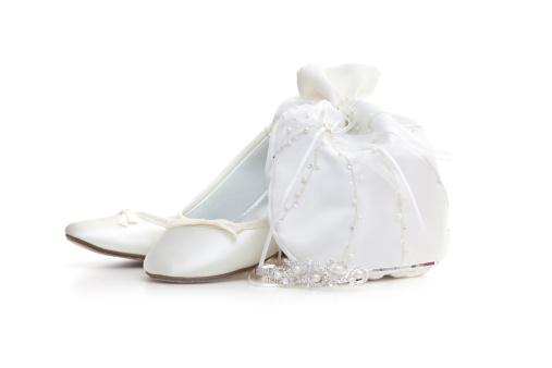 ペア「Pair of flat white satin shoes and Tiara on white」:スマホ壁紙(2)