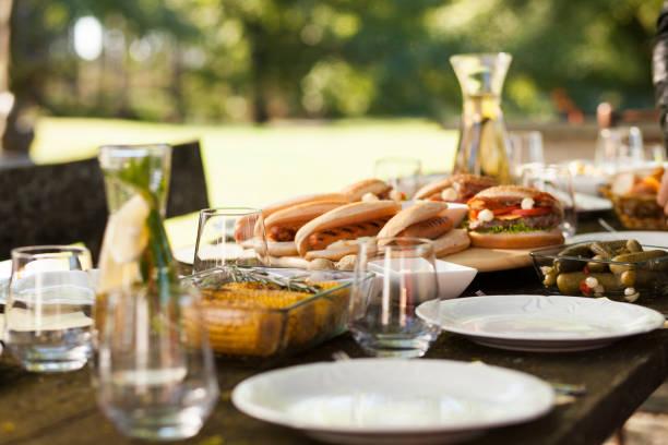 Food on a picnic table:スマホ壁紙(壁紙.com)