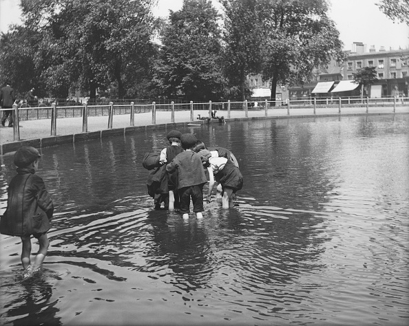 Clapham Common「Boys Playing In Pond」:写真・画像(4)[壁紙.com]