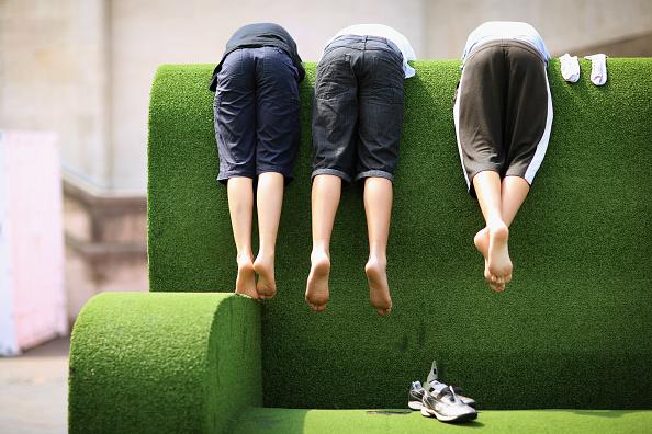 Sofa「Londoners Enjoy The Warm Weather」:写真・画像(7)[壁紙.com]