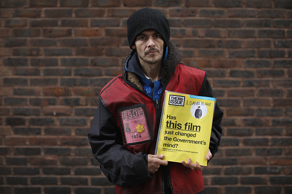 Selling「The Big Issue Celebrates 25 Years Of Helping The Homeless」:写真・画像(9)[壁紙.com]