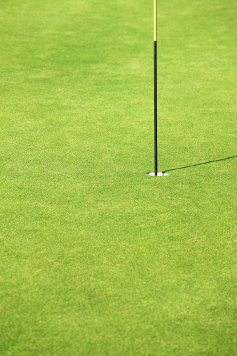 Taking a Shot - Sport「Cut image of a flag pole at golf course」:スマホ壁紙(5)