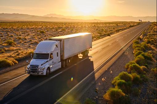 Heavy「Long Haul Semi Truck On a Rural Western USA Interstate Highway」:スマホ壁紙(1)