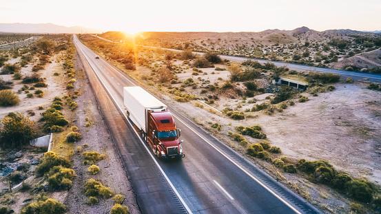 Heavy「Long Haul Semi Truck On a Rural Western USA Interstate Highway」:スマホ壁紙(8)