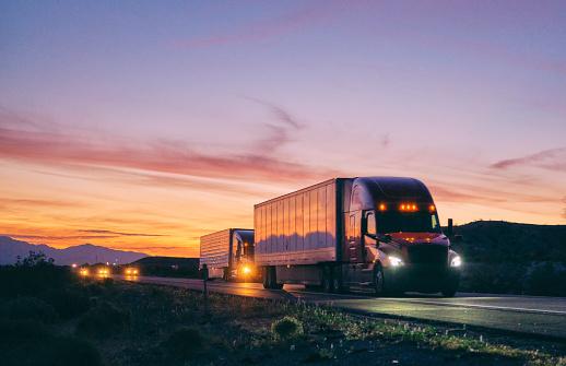 Traffic「Long Haul Semi Truck On a Rural Western USA Interstate Highway」:スマホ壁紙(17)