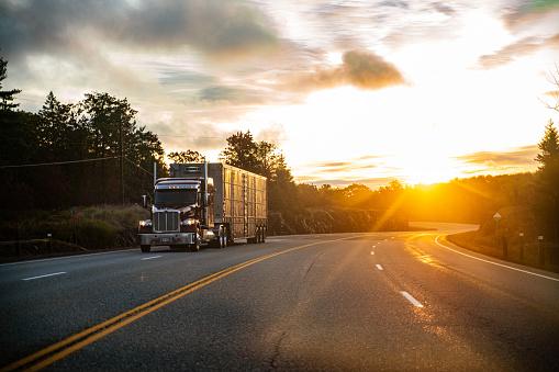 Place of Work「Long Haul Semi Truck on a Rural Canadian Highway」:スマホ壁紙(8)