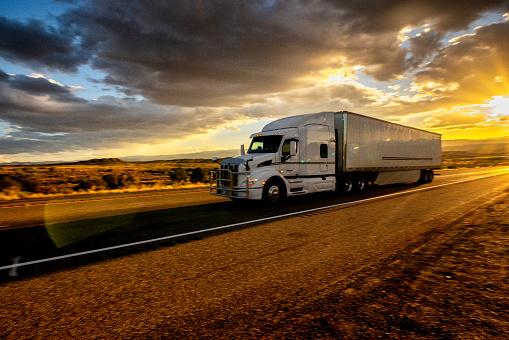 Utah「Long Haul Semi Truck Speeding Down a Four Lane Highway in a Beautiful Sunset」:スマホ壁紙(14)