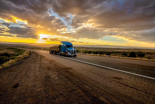 Utah「Long Haul Semi Truck Speeding Down a Four Lane Highway in a Beautiful Sunset」:スマホ壁紙(12)