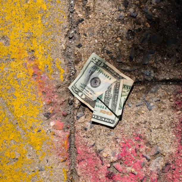 Crumpled money on sidewalk:スマホ壁紙(壁紙.com)