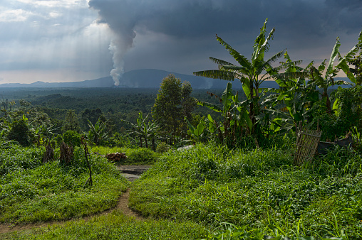 コンゴ民主共和国「Rural dwelling with erupting Nyamuragira Volcano in background, Virunga National Park, Parq National des Virunga, Democratic Republic of Congo」:スマホ壁紙(1)