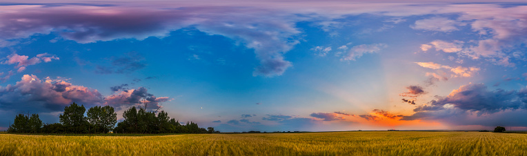 満ちていく月「Panorama of a colorful sunset over a prairie in Alberta, Canada.」:スマホ壁紙(19)