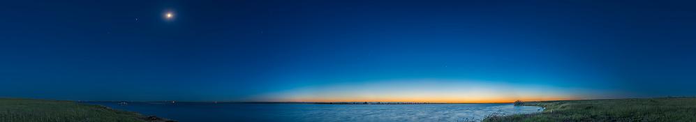 満ちていく月「Panorama of the waxing gibbous moon over Lake MacGregor in Alberta, Canada.」:スマホ壁紙(3)