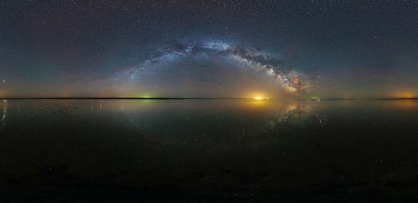 天の川「360 panorama of the Milky Way with reflection of stars over Lake Elton salt lake in Russia.」:スマホ壁紙(7)
