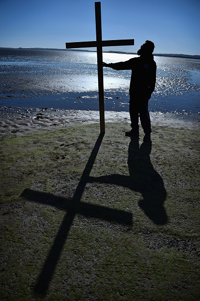 Causeway「The Annual Easter Pilgrimage To The Holy Island Of Lindisfarne」:写真・画像(7)[壁紙.com]