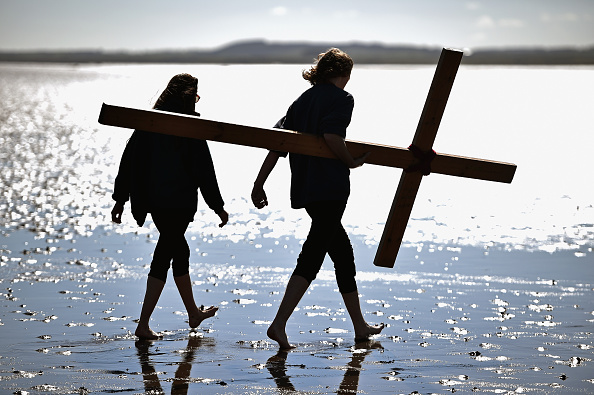 Causeway「The Annual Easter Pilgrimage To The Holy Island Of Lindisfarne」:写真・画像(6)[壁紙.com]