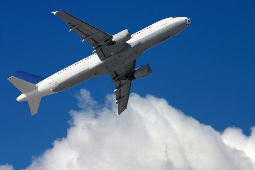 ふわふわ「飛行機の前にクラウディブルースカイ」:スマホ壁紙(0)