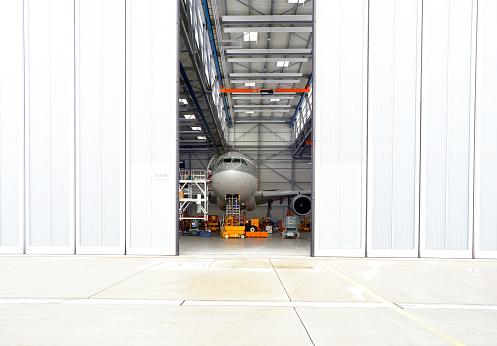 Commercial Airplane「Airplane in a hangar」:スマホ壁紙(4)