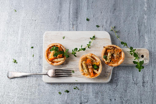 Turnip「Pie with carrots and parsnip on wooden board」:スマホ壁紙(14)