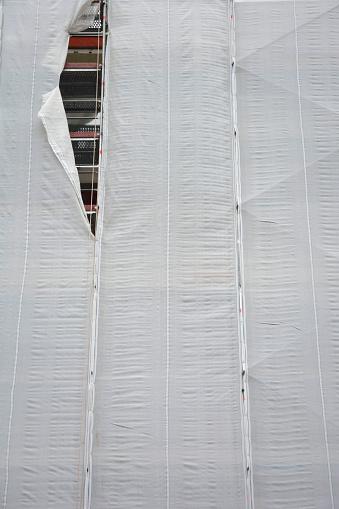 覆う「House front with white cladding and a tore」:スマホ壁紙(19)
