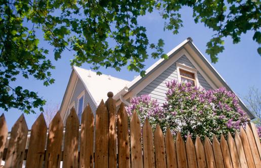 Gable「Wooden House behind Fence」:スマホ壁紙(12)