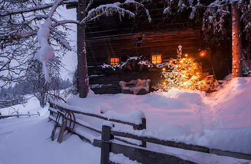 Austria「Wooden house with Christmas tree in winter landscape」:スマホ壁紙(2)