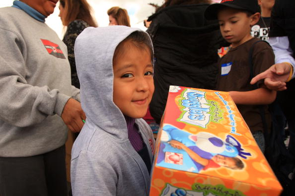 Gift「Families In Need Receive Food Staples Ahead Of The Holidays」:写真・画像(16)[壁紙.com]