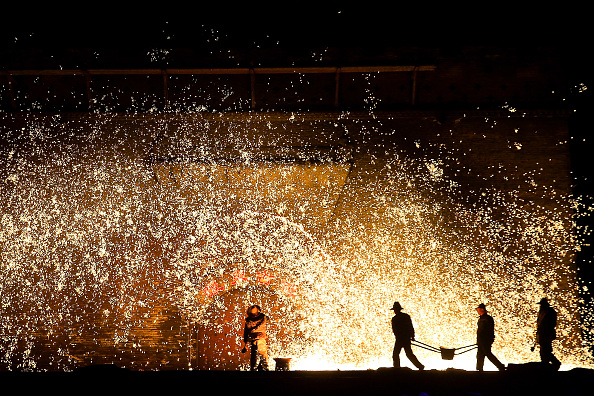 Industry「Melted Iron Fireworks Show During The Chinese Spring Festival」:写真・画像(17)[壁紙.com]