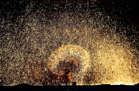 Creativity「Melted Iron Fireworks Show During The Chinese Spring Festival」:写真・画像(2)[壁紙.com]