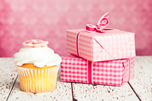 母の日「ギフトとカップケーキ」:スマホ壁紙(3)