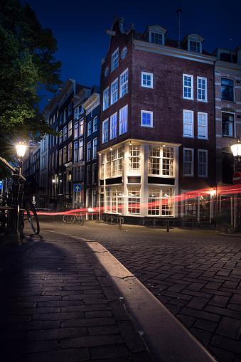 Amsterdam「Cobblestone road in old Amsterdam city street at night」:スマホ壁紙(7)