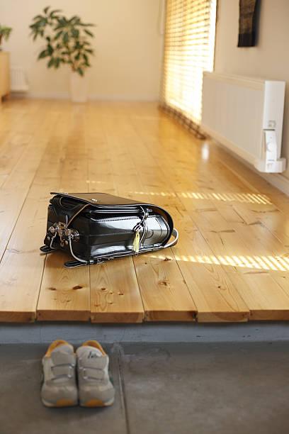 Schoolchild's satchel at the door:スマホ壁紙(壁紙.com)
