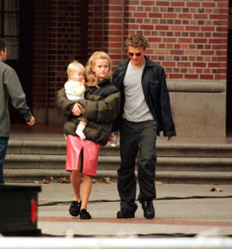 Reese Witherspoon「Reese Witherspoon And Husband Ryan Phillippe And Thier Child Take A Walk」:写真・画像(19)[壁紙.com]
