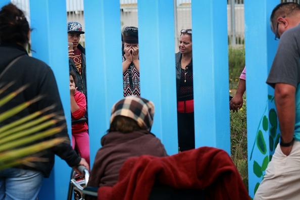 Baja California Norte「Church Service Held at US/Mexico Border Fence」:写真・画像(16)[壁紙.com]