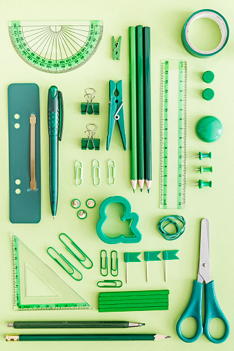 計測道具「Green office supplies on green background」:スマホ壁紙(18)