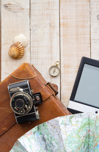 Nostalgic「オブジェクトを移動します。スーツケース、カメラ、地図、コンパス、ebook とシェル。」:スマホ壁紙(14)