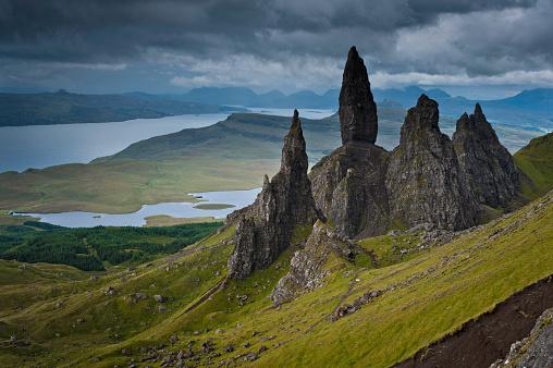 Isle of Skye「Dramatic Highland pinnacles Old Man of Storr Skye Scotland」:スマホ壁紙(15)