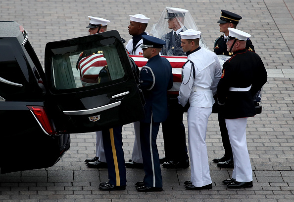 Win McNamee「Sen. John McCain's (R-AZ) Body Is Transported From U.S. Capitol To The National Cathedral For Memorial」:写真・画像(3)[壁紙.com]