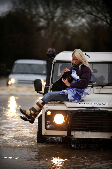 Front View「Verity Lester gets a ride through a flood from Mike Bubb from the village of Maisemore to Gloucester (19 Jan 2007).」:写真・画像(16)[壁紙.com]