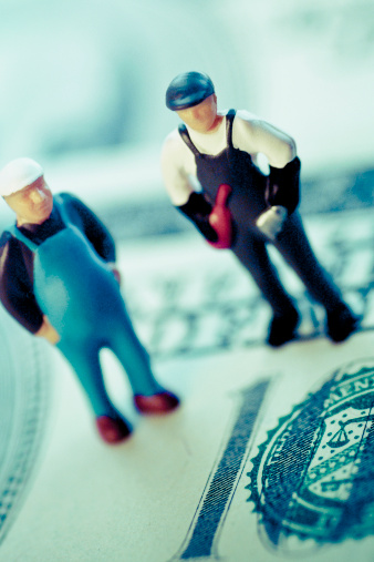 Figurine「Figurines of two construction workers on the US paper currency」:スマホ壁紙(14)