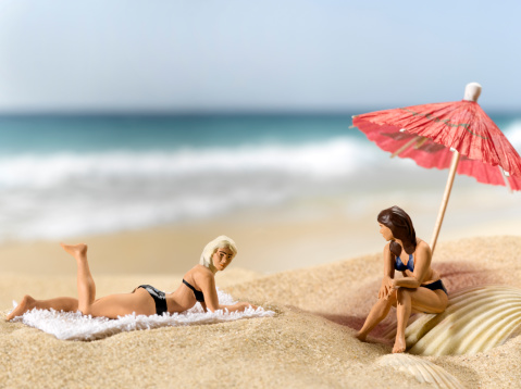 Bikini「figurines on beach」:スマホ壁紙(19)