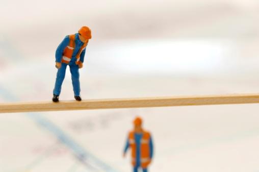 人の姿「Figurines of construction workers working at construction site, (selective focus)」:スマホ壁紙(12)