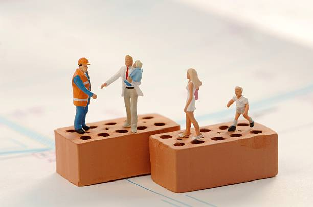 Figurines of construction workers and family at construction site:スマホ壁紙(壁紙.com)