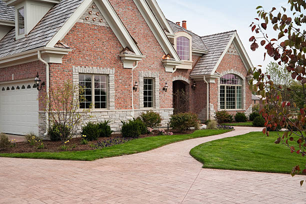 Lovely red brick upscale home with concrete driveway.:スマホ壁紙(壁紙.com)