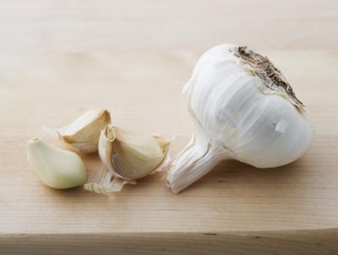 Garlic Clove「Garlic on a cutting board」:スマホ壁紙(18)