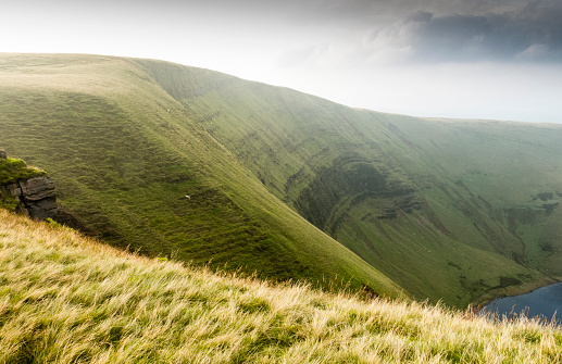 Escarpment「Escarpment above Llyn y Fan Fach lake. The Cambrian Way, Wales, UK」:スマホ壁紙(9)