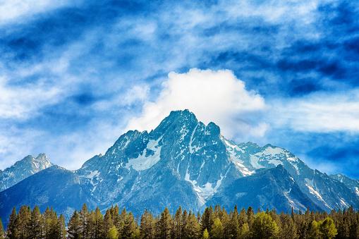 峰「Grand Teton mountain range under cloudy sky」:スマホ壁紙(14)