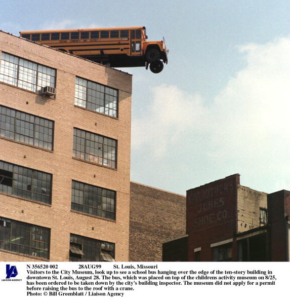 School Bus「St Louis Missouri Visitors To The City Museum Look Up To See A School Bus Ha」:写真・画像(4)[壁紙.com]
