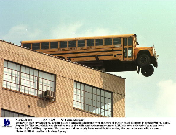 School Bus「St Louis Missouri Visitors To The City Museum Look Up To See A School Bus Ha」:写真・画像(9)[壁紙.com]